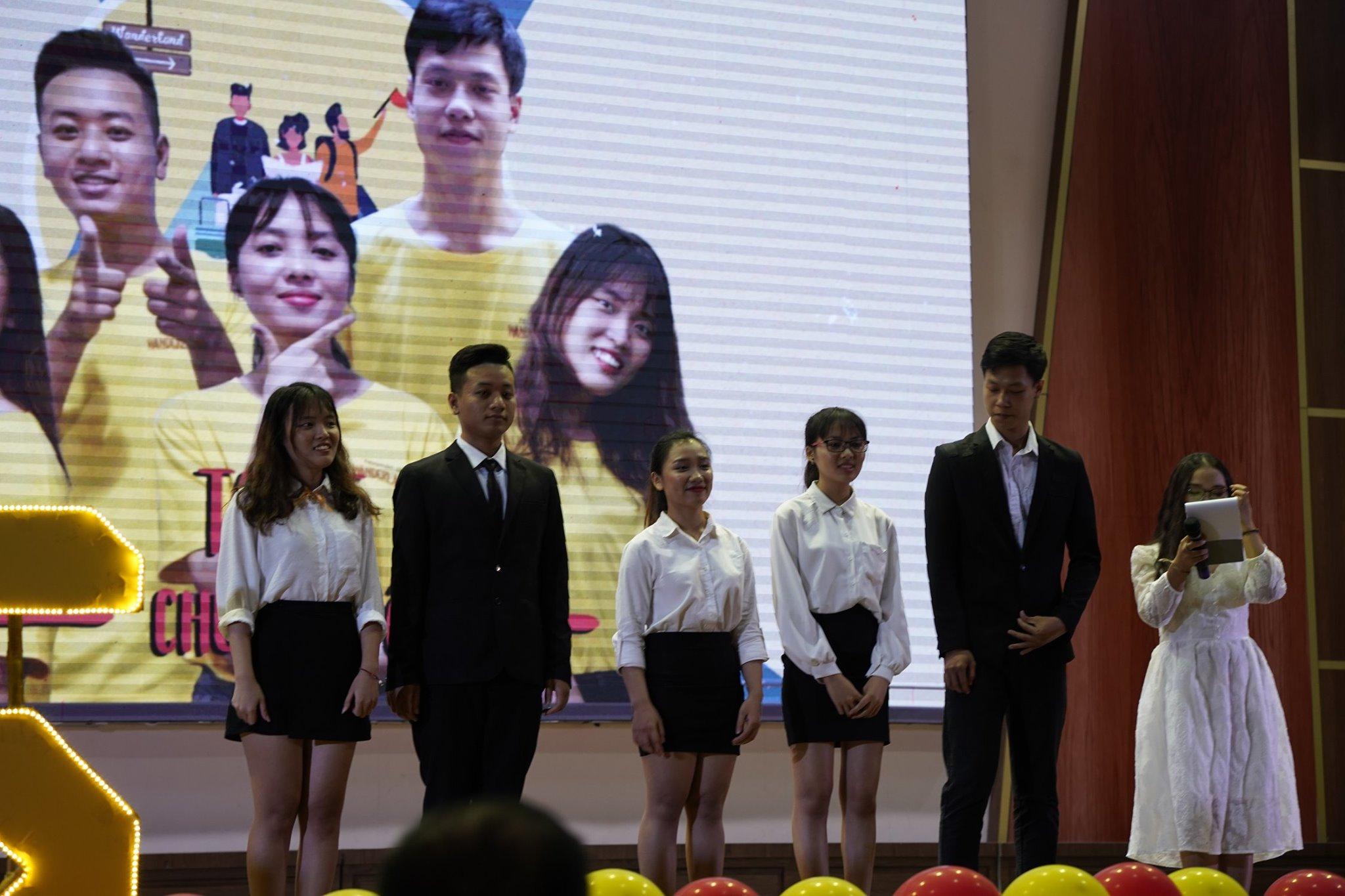 Trong hình ảnh có thể có: 9 người, mọi người đang cười, mọi người đang đứng